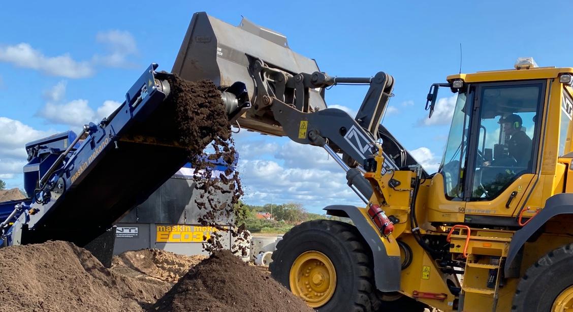 grävare flyttar nyproducerad matjord